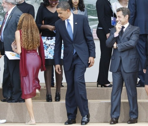 barack-obama-looking-at-womans-butt-500x427
